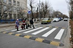 """Частину вулиці, що безпосередньо знаходиться напроти школи, обладнали """"лежачим поліцейським"""""""