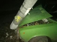 В Лисичанске пьяный водитель на ВАЗе снес столб