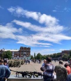Во время принятия присяги бойцами батальона «Луганск-1» в небе появился тризуб